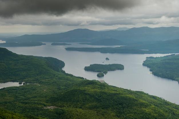Luchtfoto van eilanden in een meer, skeena-queen charlotte regional district, haida gwaii, graham isla