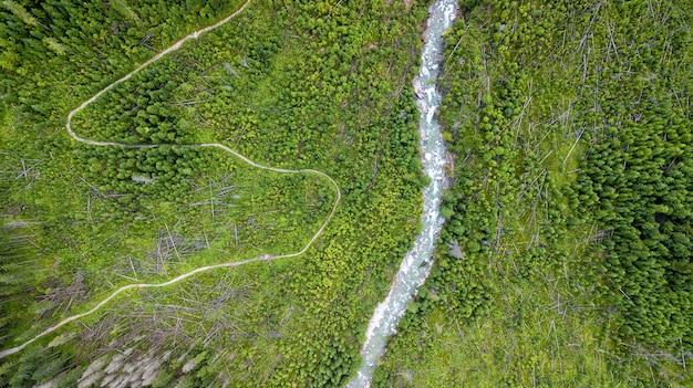 Luchtfoto van enkele wegkronkelwegen