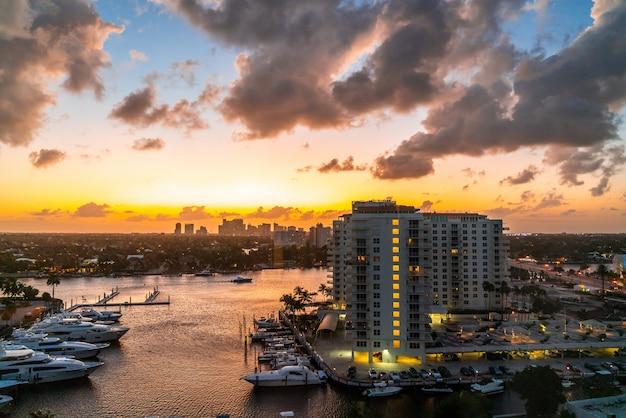 Luchtfoto van fort lauderdale waterwegen, woonhuizen en skyline bij zonsondergang