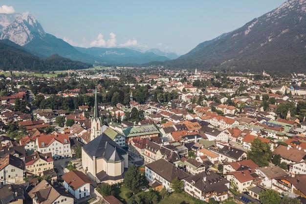 Luchtfoto van garmisch-partenkirchen in de zomer