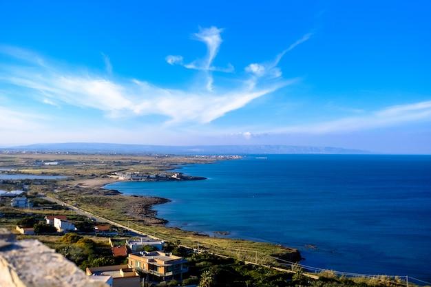 Luchtfoto van gebouwen in de buurt van de zee onder een blauwe hemel overdag