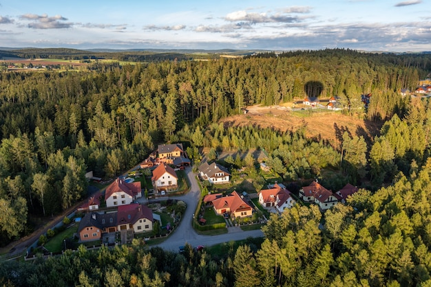 Luchtfoto van gebouwen omgeven door bomen