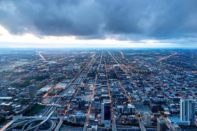Luchtfoto van gebouwen van de stad tijdens de nacht