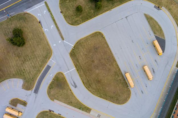 Luchtfoto van gele schoolbussen geparkeerd in de buurt van de middelbare school