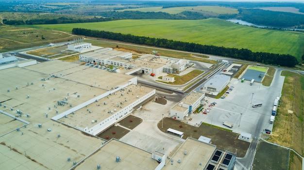Luchtfoto van gestileerde veranderde generieke moderne industriële gebouwen.