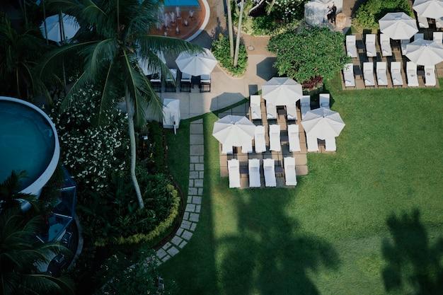 Luchtfoto van geweldige veranda met parasol en ligstoelen