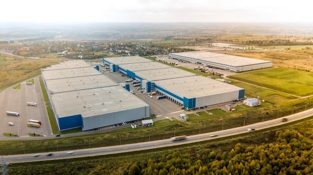 Luchtfoto van goederen magazijn. luchtfoto van industriële gebouwen en magazijngebied.