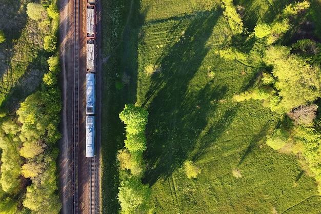 Luchtfoto van goederentrein op een dubbelsporige spoorlijn