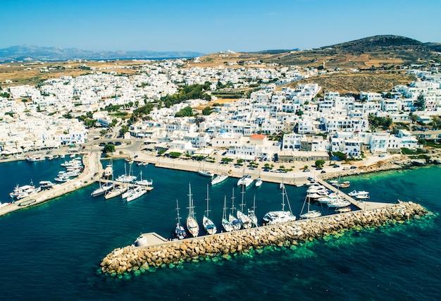 Luchtfoto van griekse stijl witte huizen in naoussa, griekenland