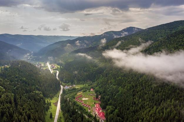 Luchtfoto van groene karpaten bedekt met altijdgroene sparren pine foreston zonnige zomerdag.