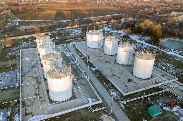 Luchtfoto van grote brandstofreservoirs in de industriezone van de benzine in de winter.