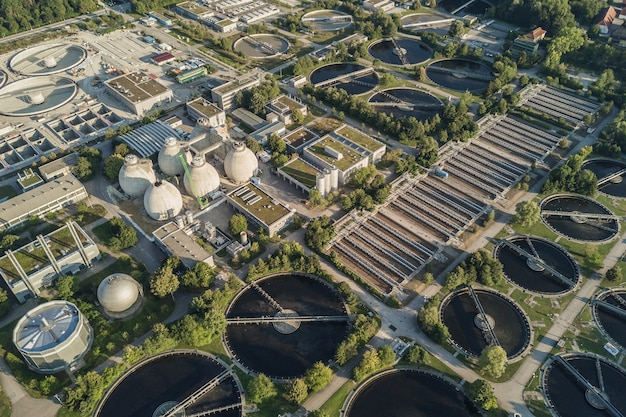 Luchtfoto van grote waterzuiveringsinstallatie