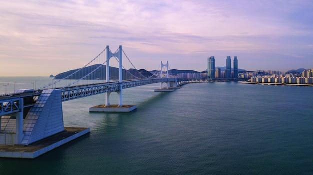 Luchtfoto van gwangan-brug in busan-stad, zuid-korea