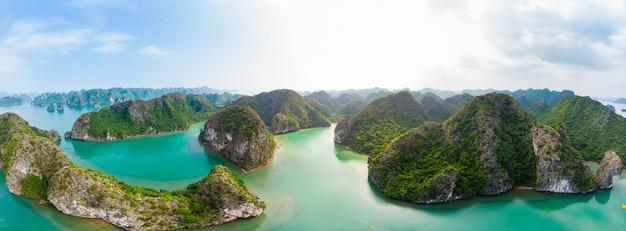 Luchtfoto van ha long bay cat ba-eiland, unieke kalkstenen rotseilanden en karst formatiepieken in de zee, beroemde toeristische bestemming in vietnam. toneel blauwe hemel.