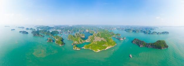 Luchtfoto van ha long bay cat ba-eiland, unieke kalkstenen rotseilanden en karst vormingspieken in de zee, beroemde toeristische bestemming in vietnam. toneel blauwe hemel.