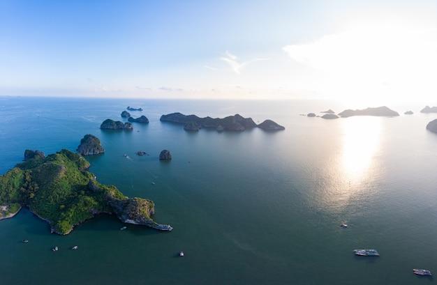 Luchtfoto van ha long bay cat ba-eiland, unieke kalkstenen rotseilanden