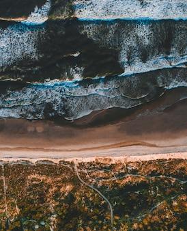 Luchtfoto van het betoverende uitzicht op de kustlijn op een zonnige dag