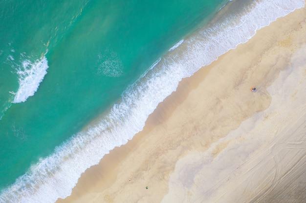 Luchtfoto van het bovenaanzicht van drone van een prachtig landschap van de prachtige zee strand in phuket, thailand