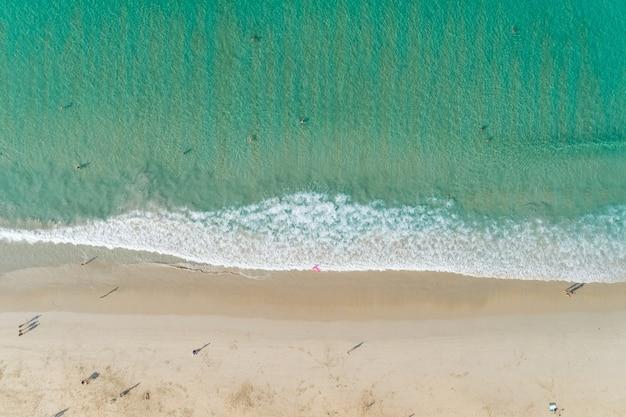Luchtfoto van het bovenaanzicht van geweldig zeegezicht met paradijs strand en zee met turkoois water zomervakantie in phuket beach thailand