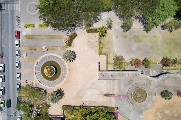 Luchtfoto van het bovenaanzicht van vliegende drone van een stadspark met stadspark tuinieren top-down view.