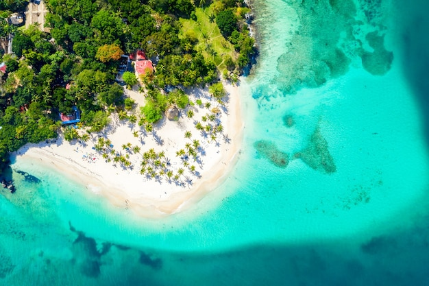Luchtfoto van het caribische tropische eiland cayo levantado strand
