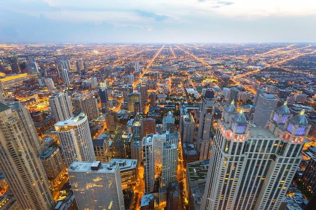 Luchtfoto van het centrum van chicago bij zonsondergang