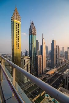 Luchtfoto van het centrum van dubai in een herfstdag, verenigde arabische emiraten