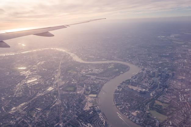 Luchtfoto van het centrum van londen door vliegtuig venster vintage kleur