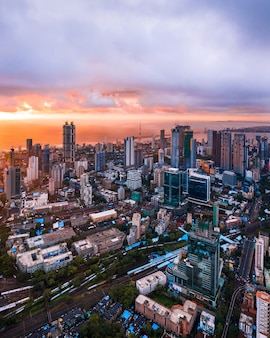 Luchtfoto van het centrum van mumbai tijdens zonsondergang