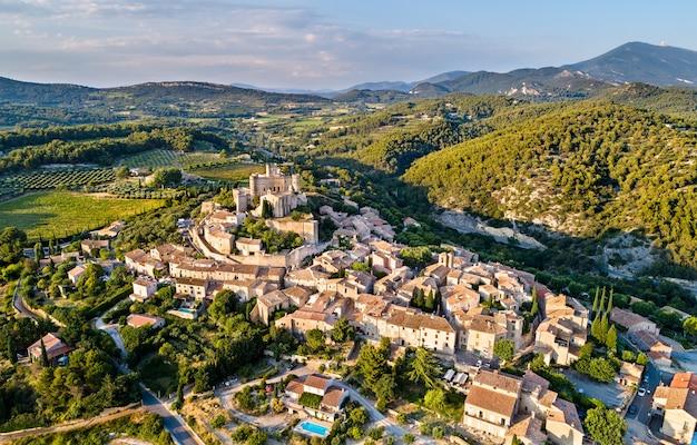 Luchtfoto van het dorp le barroux met zijn kasteel - provence, frankrijk