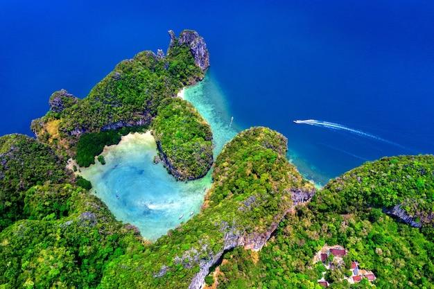 Luchtfoto van het eiland koh hong in krabi, thailand.
