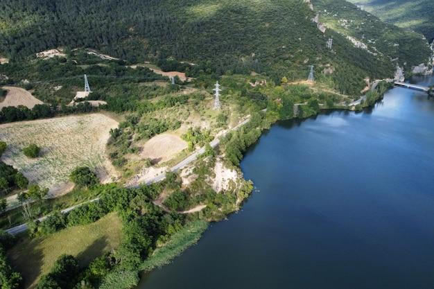 Luchtfoto van het el sobron-meer en de ebro-riviercanion in burgos, spanje