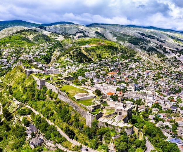 Luchtfoto van het fort van gjirokaster. in albanië