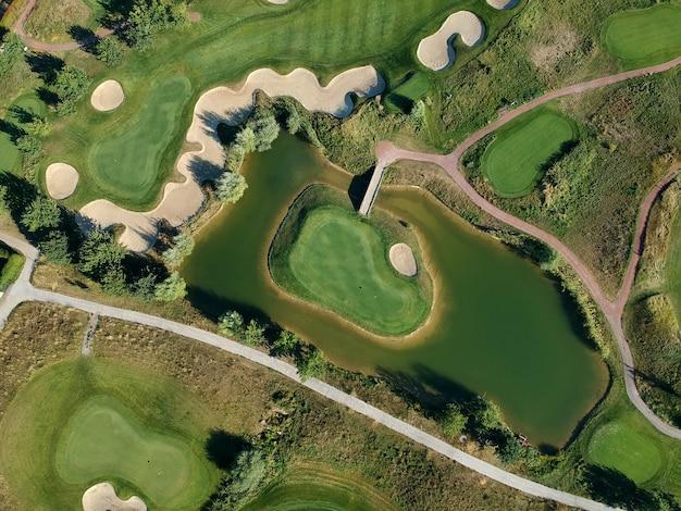 Luchtfoto van het groene gras van de golfbaan.