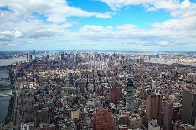 Luchtfoto van het inbouwen van de stad new york vanuit één wereldhandelsgebouw.