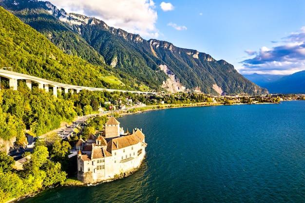 Luchtfoto van het kasteel van chillon aan het meer van genève in zwitserland