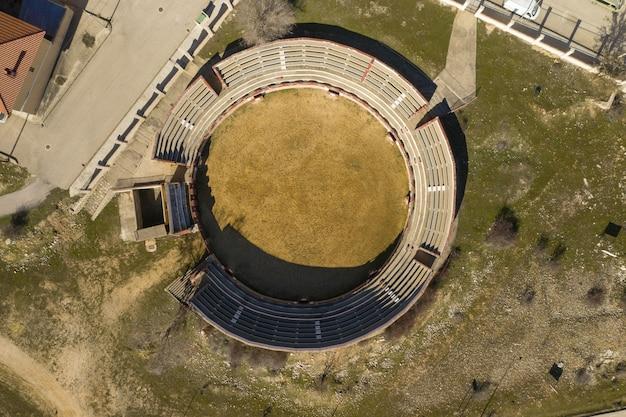 Luchtfoto van het kleine stadion naast huizen