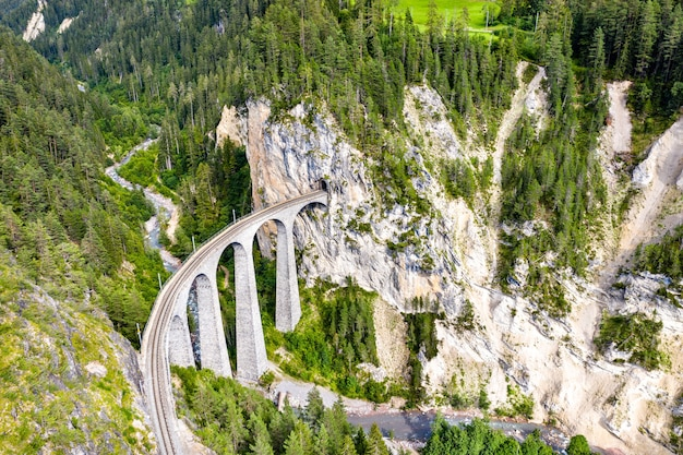 Luchtfoto van het landwasserviaduct in de zwitserse alpen