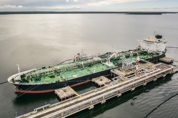 Luchtfoto van het lossen van een olietanker in de haven