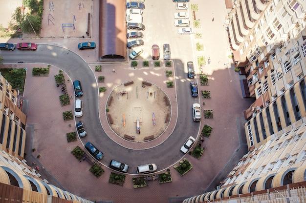 Luchtfoto van het lot van auto's in de buurt van gebouw
