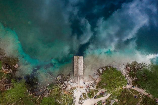 Luchtfoto van het meer bos