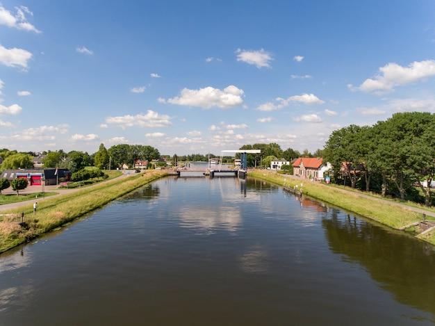 Luchtfoto van het merwedekanaal nabij het dorp arkel in nederland