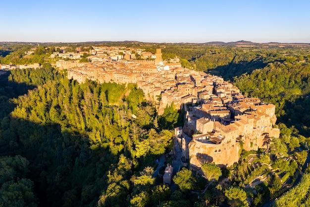 Luchtfoto van het middeleeuwse stadje pitigliano in toscane, italië