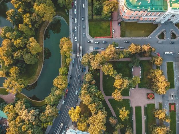 Luchtfoto van het mikhailovsky-kasteel, het palace of engineering. rusland, st. petersburg. ondergaande zon. plat leggen