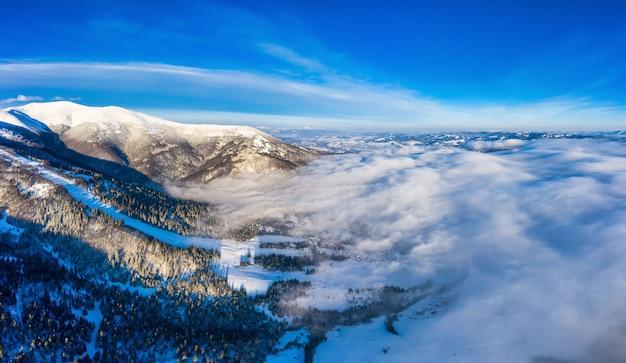 Luchtfoto van het mystieke landschap van een winter