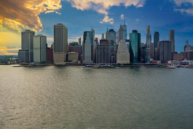 Luchtfoto van het panoramische zonsonderganglandschap, grote spectaculaire gebouwen in new york city ny usa