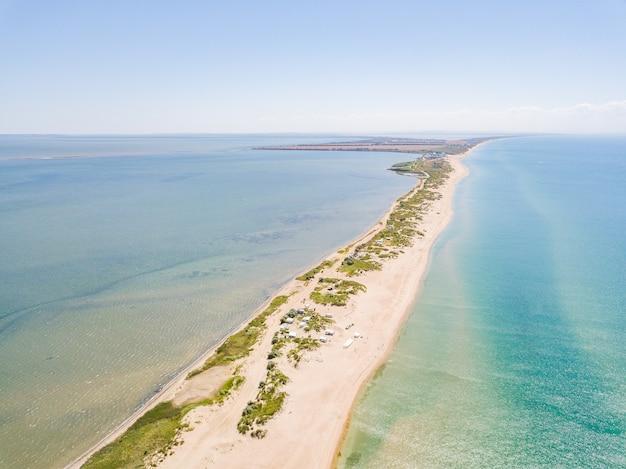 Luchtfoto van het plat tussen de monding en de zwarte zee prachtig strand en kristalhelder water sochi