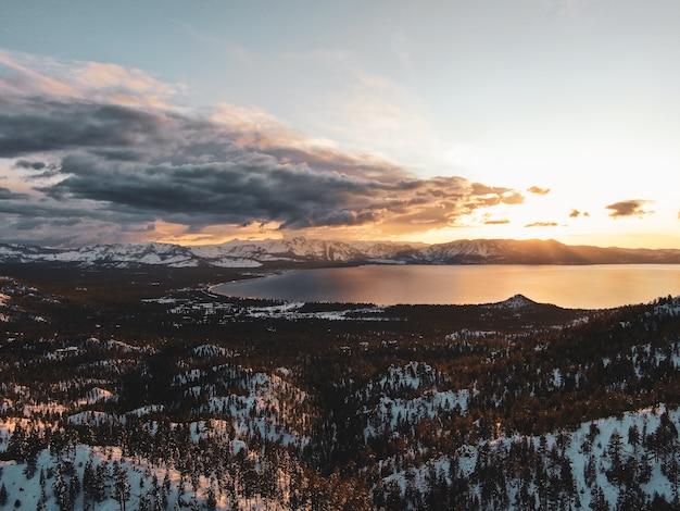 Luchtfoto van het prachtige lake tahoe, vastgelegd op een besneeuwde zonsondergang in californië, vs.