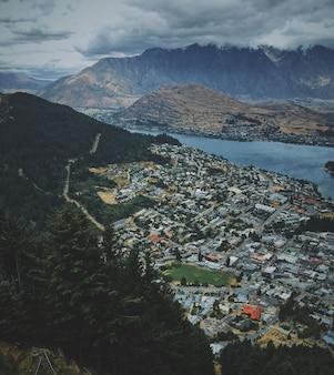 Luchtfoto van het prachtige queenstown in de buurt van het meer met bergen