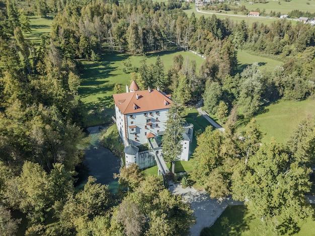 Luchtfoto van het prachtige witte kasteel grad snežnik in slovenië